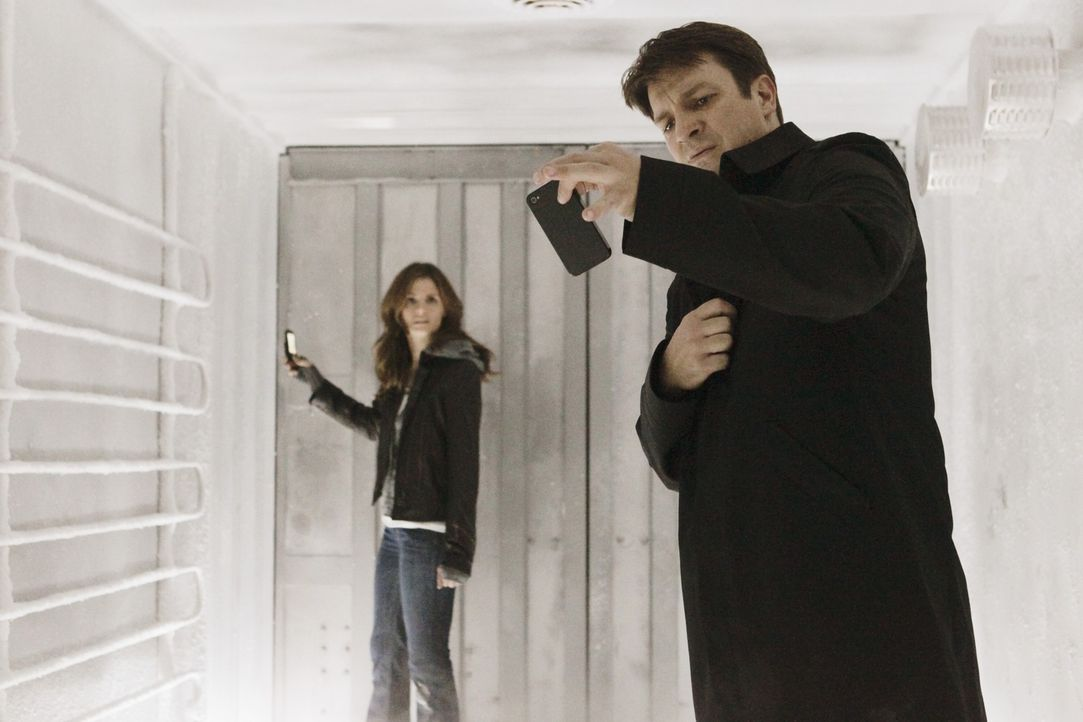 In einem Kühllaster gefangen: Richard Castle (Nathan Fillion, l.) und Kate Beckett (Stana Katic, r.) - Bildquelle: 2011 American Broadcasting Companies, Inc. All rights reserved.