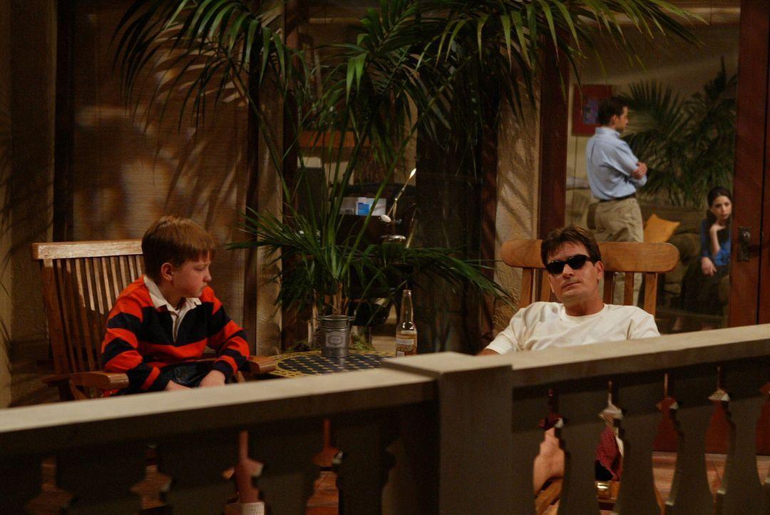 Charlie (Charlie Sheen, r.), Junggeselle und Frauenheld mit gutem Einkommen, lebt ein angenehmes Leben in seinem Haus am Meer. Damit ist es bald vor... - Bildquelle: Warner Brothers Entertainment Inc.