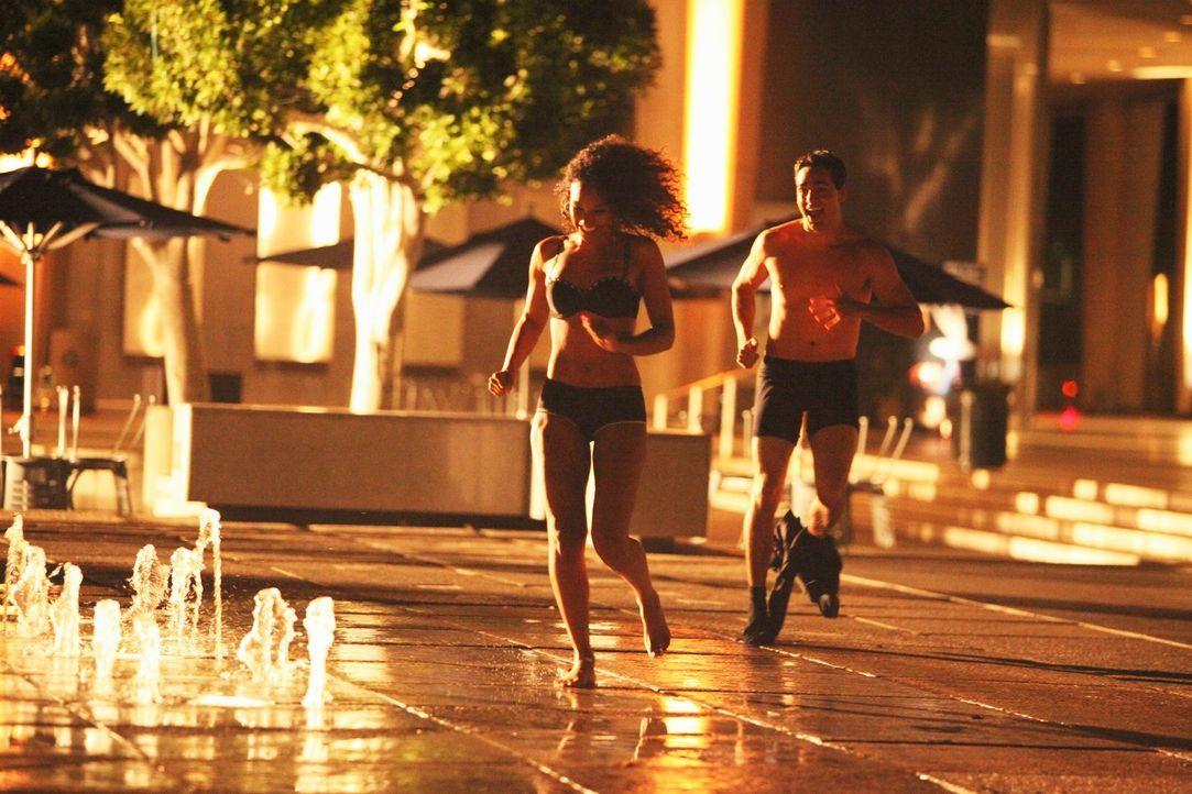 Ein junges Paar (Candace Patton, l. und Paul Diaz, r.) sucht Erfrischung in einem Brunnen. Noch ahnen sie nicht, was sie dort erwartet. - Bildquelle: ABC Studios