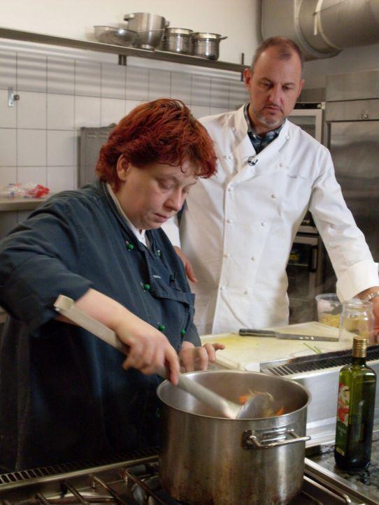 """Gabi Riemschneider (l.) gemeinsam mit Frank Rosin (r.) in der Küche des Restaurants """"Navigare"""". - Bildquelle: kabel eins"""