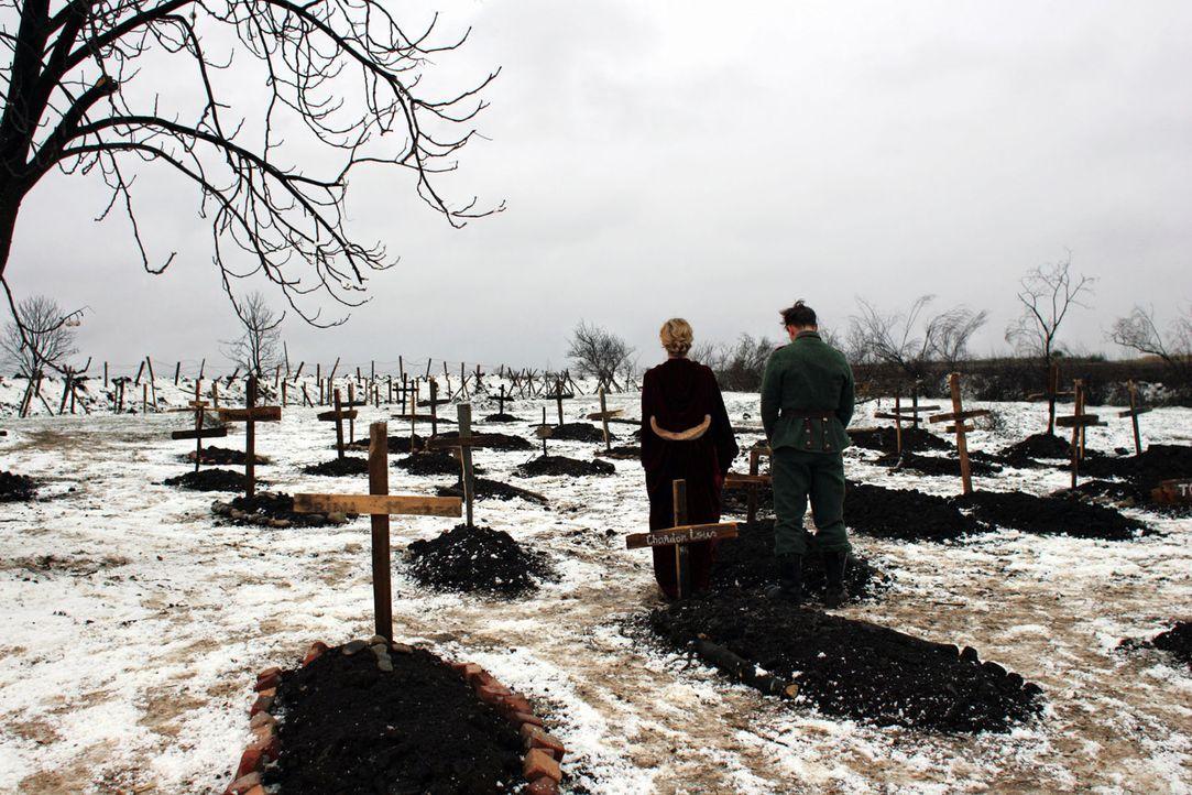 Wie jeder Krieg fordert auch dieser sinnlose Opfer. Anna Sorensen (Diane Kruger, l.) und ihr Mann Nikolaus Sprink (Benno Fürmann, r.) trauern um ge... - Bildquelle: Lolafilms S.A.