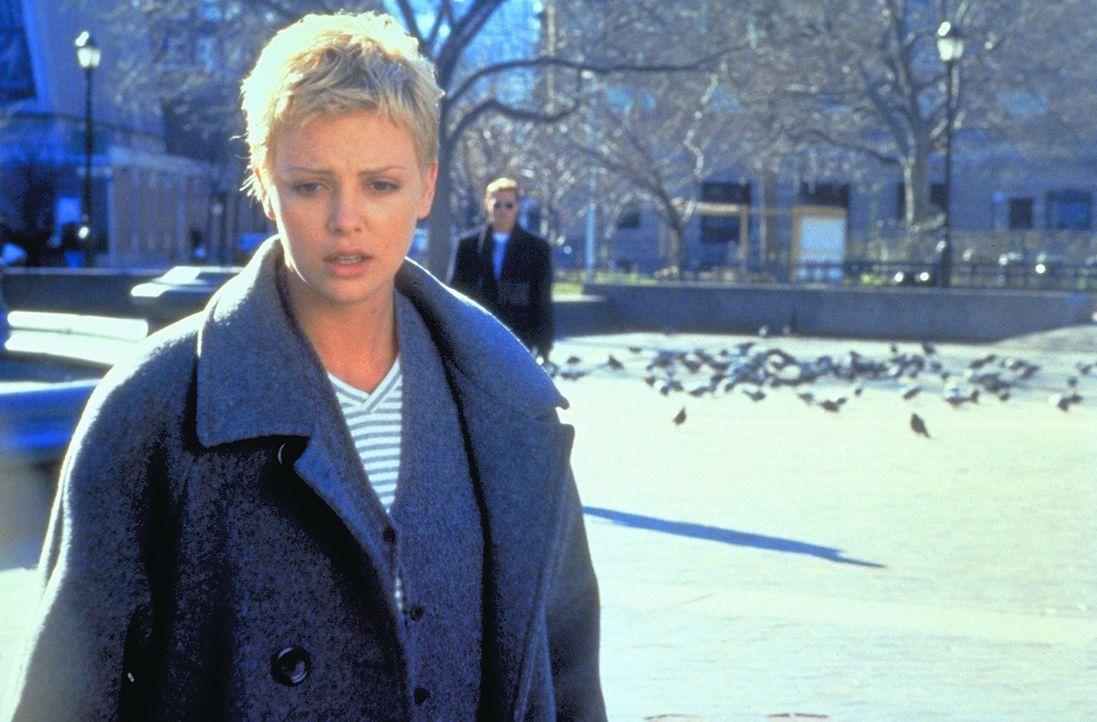 Während Jillians (Charlize Theron) Gatte Spencer mit seinem Astronautenkollege im All einen Satelliten repariert, kommt es zu einer Explosion. Stun... - Bildquelle: 1999 New Line Productions, Inc. All Rights Reserved.