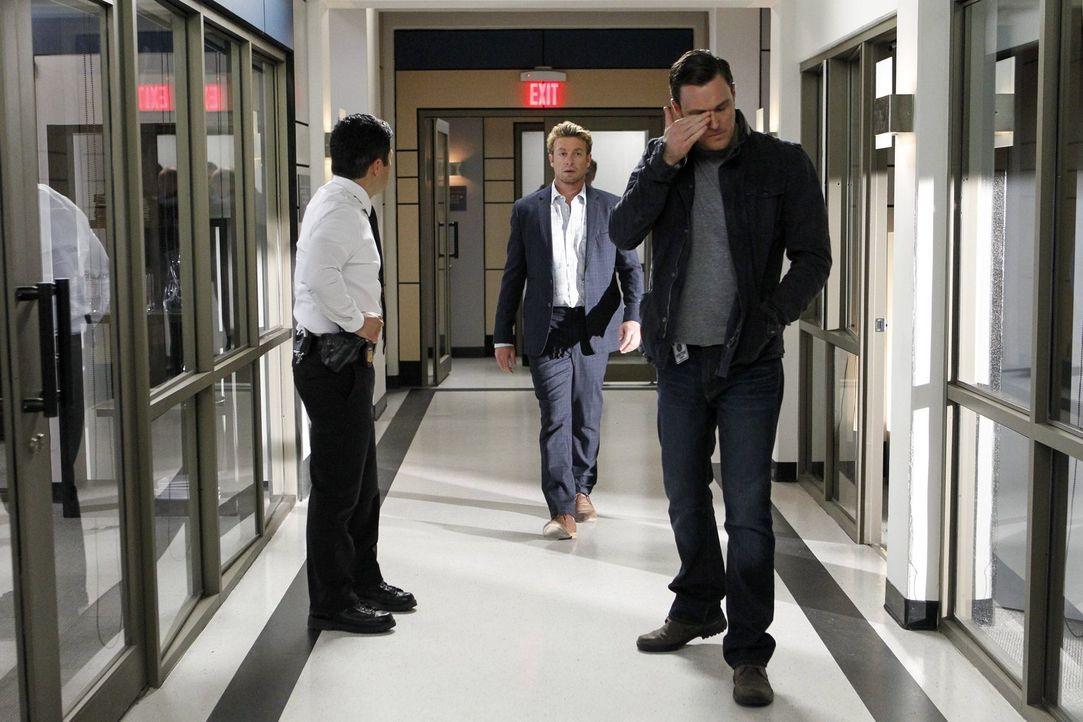 Der verzweifelte Rigsby (Owain Yeoman, r.) will endlich wissen, wer Grace entführt hat. Können Cho (Tim Kang, l.) und vor allem Jane (Simon Baker, M... - Bildquelle: Warner Bros. Television