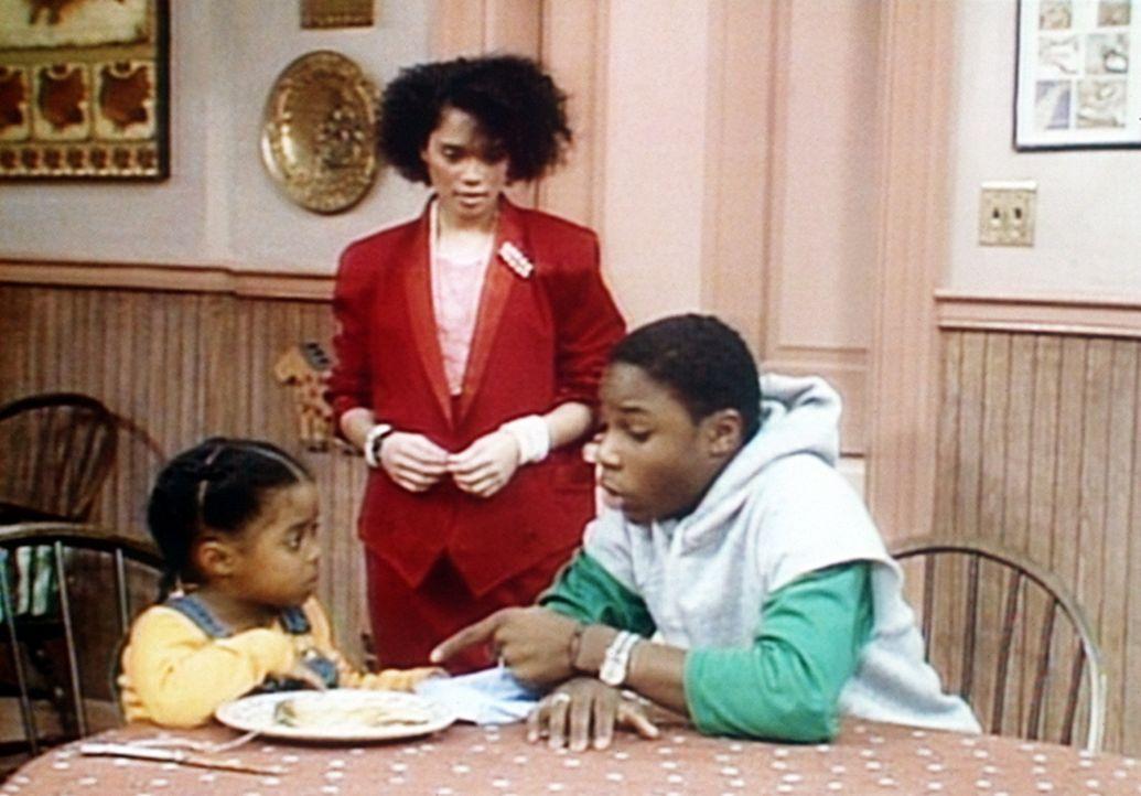Theo (Malcolm-Jamal Warner, r.) und Denise (Lisa Bonet, M.) versuchen, Rudy (Keshia Knight Pulliam, l.) dazu zu bewegen, ihren Rosenkohl aufzuessen. - Bildquelle: Viacom