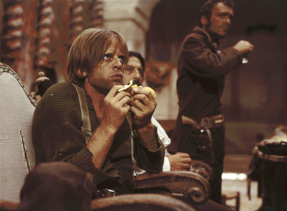 Der bucklige Outlaw Wild (Klaus Kinski, l.) hört gespannt, welchen Auftrag er als nächstes ausführen soll ... - Bildquelle: United Artists