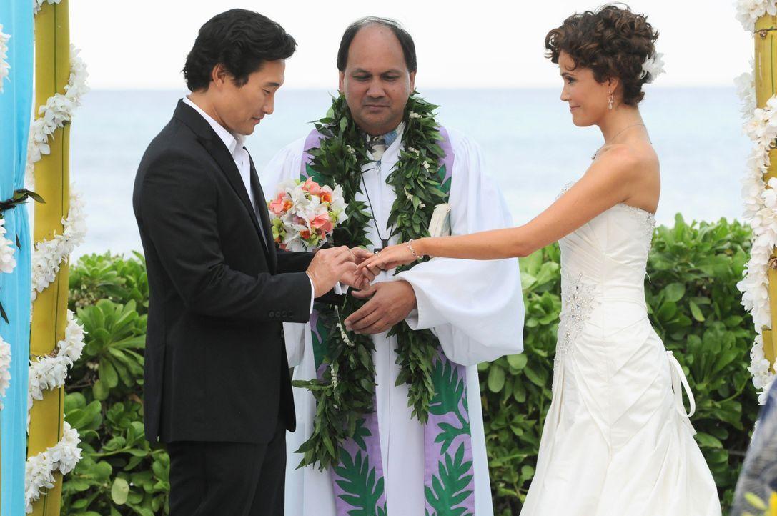 Geben sich das JA-Wort: Chin (Daniel Dae Kim, l.) und Malia (Reiko Aylesworth, r.) ... - Bildquelle: TM &   CBS Studios Inc. All Rights Reserved.