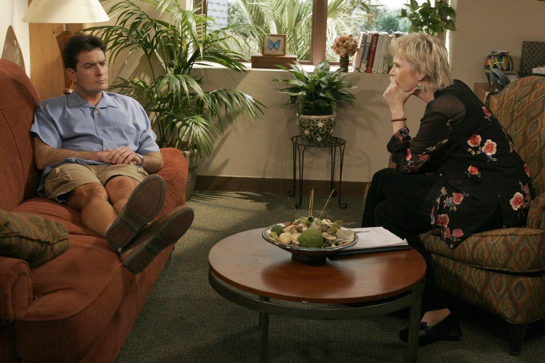 Charlie (Charlie Sheen, l.) spricht sich bei der Psychologin Dr. Freeman (Jane Lynch, r.) über seine Erlebnisse mit seinem Bruder Alan aus ... - Bildquelle: Warner Brothers Entertainment Inc.