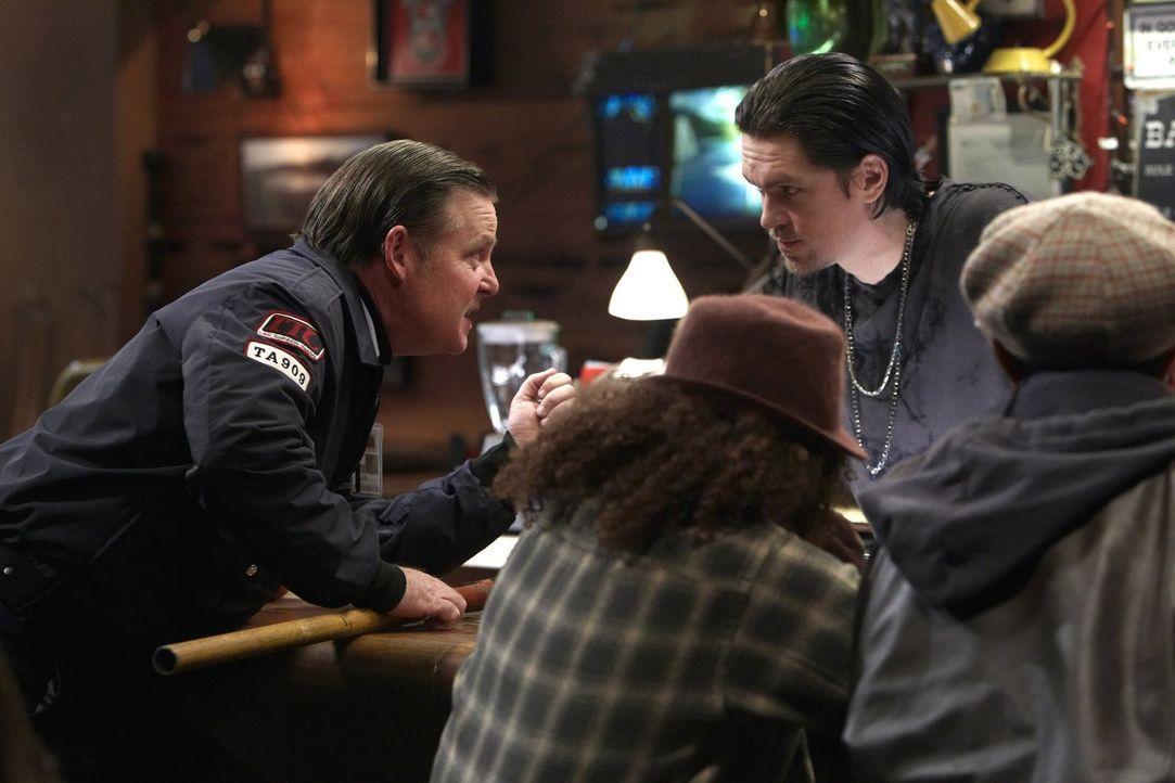 Macht in Kevins (Steve Howey, r.) Bar öffentlich, dass Frank mit seiner Tochter geschlafen hat: Eddie (Joel Murray, l.) ... - Bildquelle: 2010 Warner Brothers