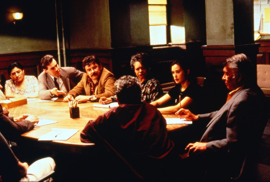 Annie Laird (Demi Moore, 2.v.r.) weiß genau, dass ihr Sohn umgebracht wird, falls sie die Geschworenenjury nicht zu einem Freispruch für den Mafia... - Bildquelle: Columbia Pictures