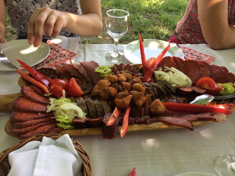Ungarische Küche wie aus dem Bilderbuch: eine leckere Salamiplatte mit Paprika und Zwiebeln - feurig, würzig und scharf! - Bildquelle: kabel eins