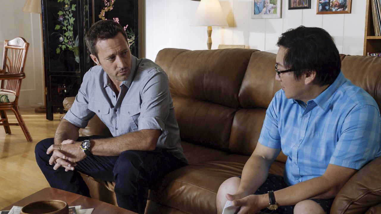 Max (Masi Oka, r.) möchte eine Veränderung und Hawaii verlassen. Kann Steve (Alex O'Loughlin, l.) ihm noch umstimmen? - Bildquelle: Norman Shapiro 2016 CBS Broadcasting, Inc. All Rights Reserved / Norman Shapiro