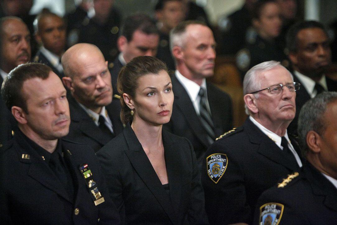 Danny (Donnie Wahlberg, l.), Erin (Bridget Moynahan, M.) und Henry Reagan (Len Cariou, r.) trauern um eine Kollegin, die während eines Einsatzes ers... - Bildquelle: 2010 CBS Broadcasting Inc. All Rights Reserved