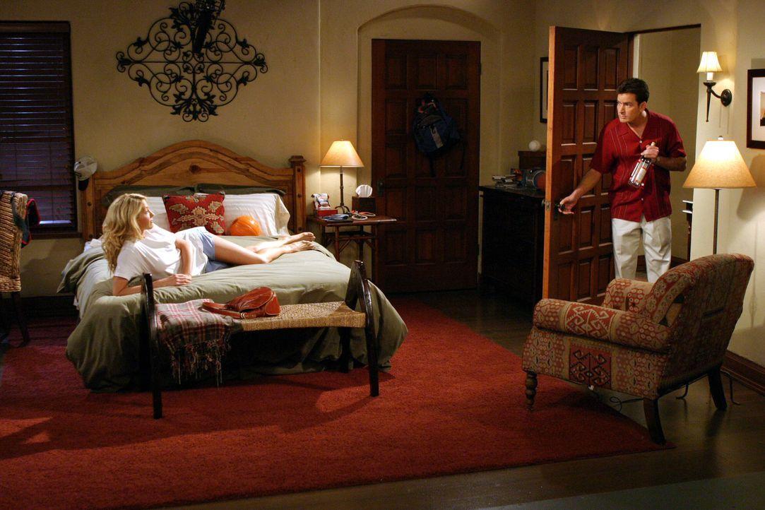 Bis sich Charlie (Charlie Sheen, r.) versieht, zieht die hübsche Frankie (Jenna Elfman, l.) bei ihm und Alan ein ... - Bildquelle: Warner Brothers Entertainment Inc.