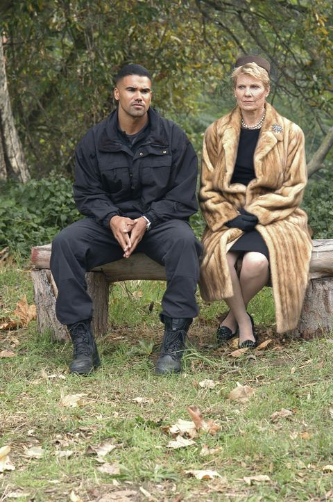 Derek (Shemar Moore, l.) fragt Mary Mays (Lindsay Crouse, r.) über ihren Sohn aus, der möglicher Weise die bestialischen Morde begangen hat ... - Bildquelle: Touchstone Television