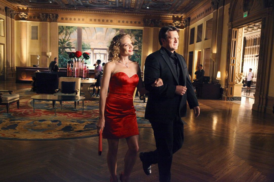Die attraktive Schadensermittlerin Kristin Lehman (Serena Kaye, l.) hat es Richard Castle (Nathan Fillion, r.) angetan ... - Bildquelle: 2011 American Broadcasting Companies, Inc. All rights reserved.