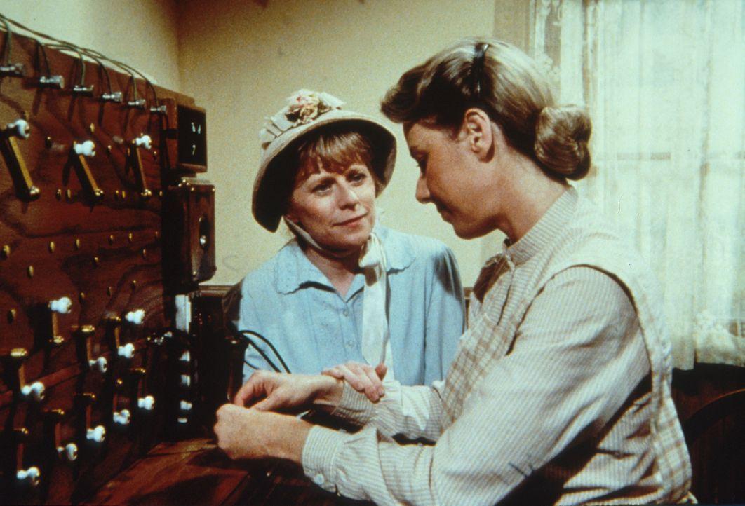 Caroline (Karen Grassle, r.) und Helen Crane (Mariclare Costello, l.) sind enttäuscht, dass sie es nicht geschafft haben, Annies leibliche Mutter d... - Bildquelle: Worldvision