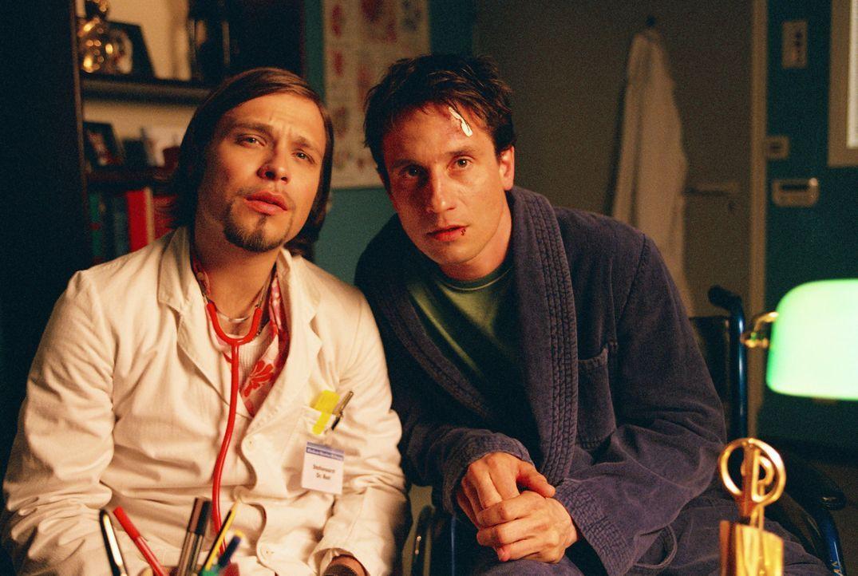Als Thomas (Oliver Mommsen, r.) die finanziellen Sorgen über den Kopf wachsen, nimmt sich sein Bruder Andi (Tim Sander, l.) dieses Problems an - mi... - Bildquelle: Erika Hauri ProSieben