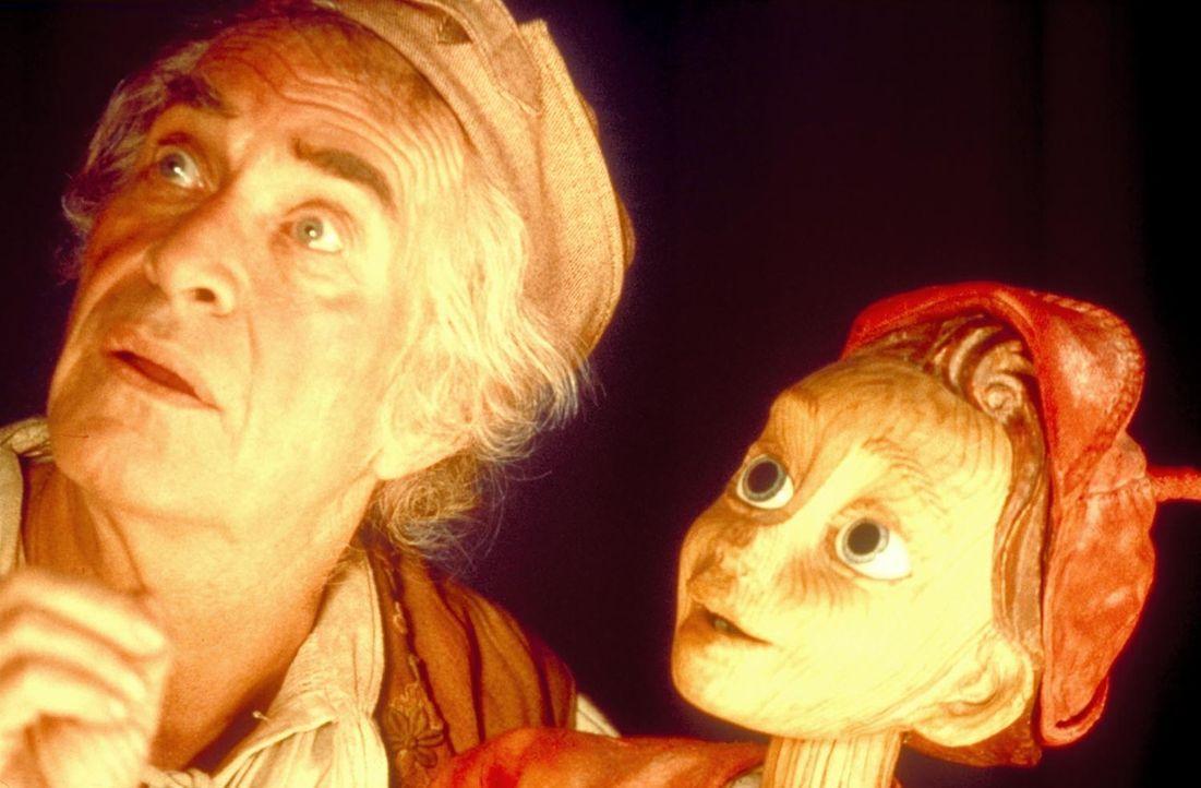 Als der einsame Holzschnitzer Gepetto (Martin Landau, l.) eine neue Marionette schnitzt, erwacht diese zum Leben. Um jedoch ein echter Junge aus Fle... - Bildquelle: Warner Bros.