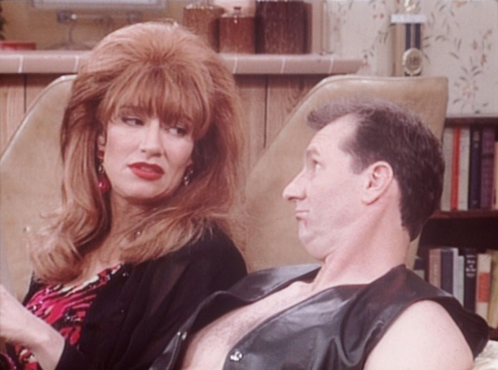 Weil Al (Ed O'Neill, r.) als Oben-ohne-Barkeeper bei den Frauen zu gut ankommt, verlangt Peggy (Katey Sagal, l.), dass er den Job kündigt. - Bildquelle: Columbia Pictures