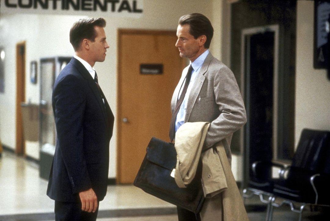 FBI-Agent Ray Levoi (Val Kilmer, l.) und sein Kollege Frank Coutelle (Sam Shepard, r.) arbeiten an der Aufklärung eines mysteriösen Mordfalles ... - Bildquelle: TriStar Pictures
