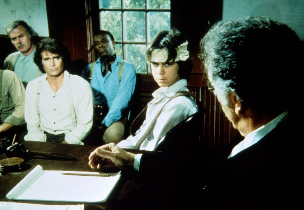 Andy (Patrick Laborteaux, 2.v.r.) sagt dem Richter Parker (Jeff Corey, r.), dass seine Verletzung kein Unfall war. - Bildquelle: Worldvision