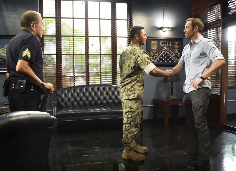 Nachdem der Navy-SEAL Soldat Junior Reigns (Beulah Koale, M.) einfach nicht lockerlässt, macht Steve McGarrett (Alex O'Loughlin, r.) ihm mit Duke Lu... - Bildquelle: Norman Shapiro 2017 CBS Broadcasting Inc. All Rights Reserved. / Norman Shapiro