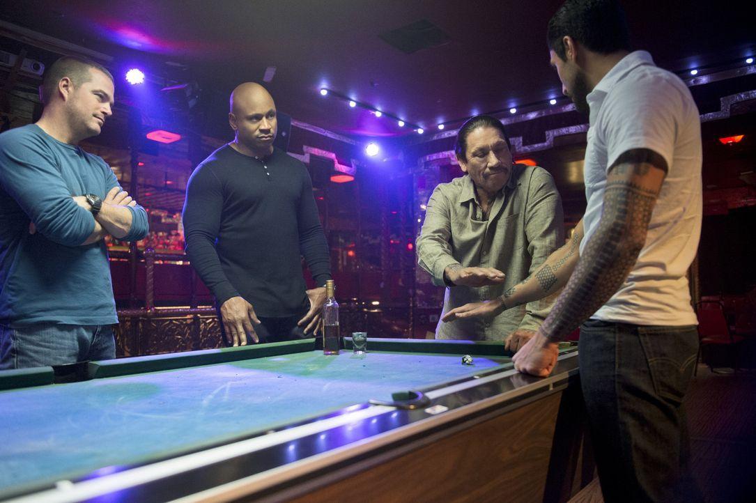 Callen (Chris O'Donnell, l.) und Sam (LL Cool J, 2.v.l.) wollen herausfinden, ob ihr alter Bekannter, der untergetauchte Auftragskiller Tuhon (Danny... - Bildquelle: CBS Studios Inc. All Rights Reserved.