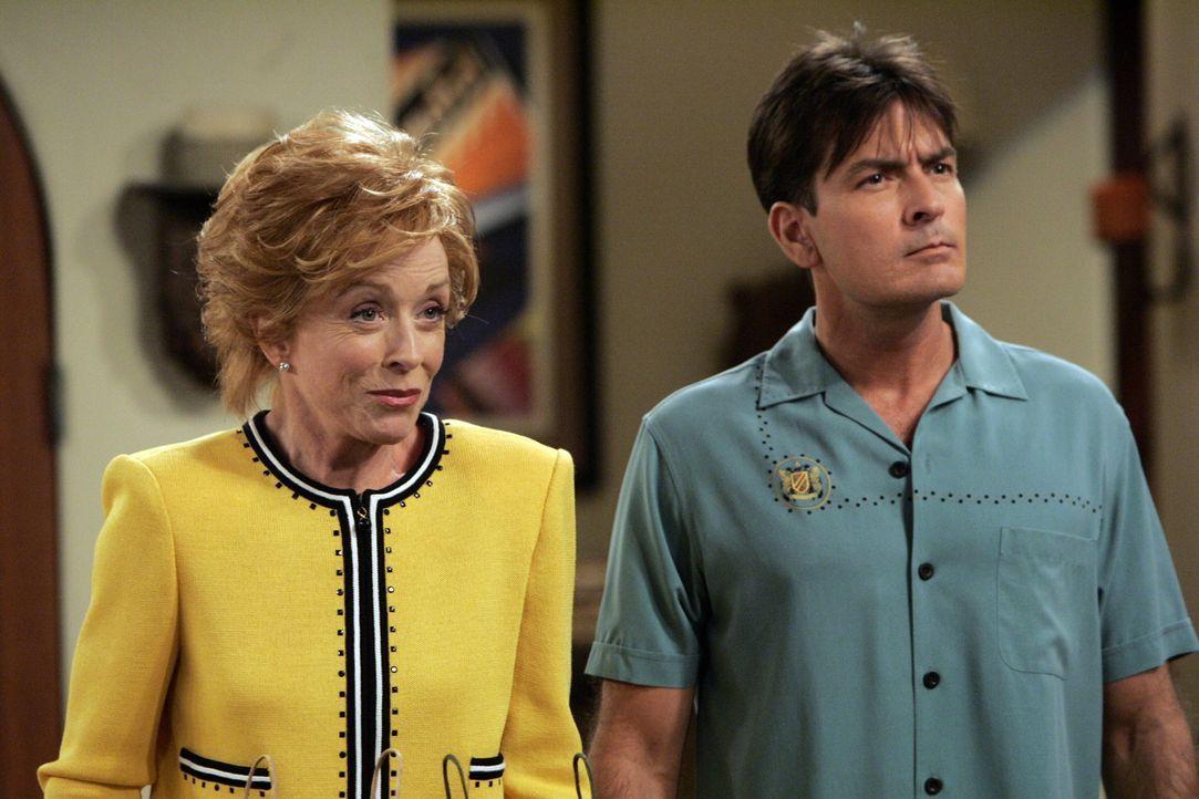 Charlie (Charlie Sheen, r.) ist seiner neuen Freundin überdrüssig und gibt dem Drängen seiner Mutter Evelyn (Holland Taylor, l.) nach, sie zu ein... - Bildquelle: Warner Brothers Entertainment Inc.