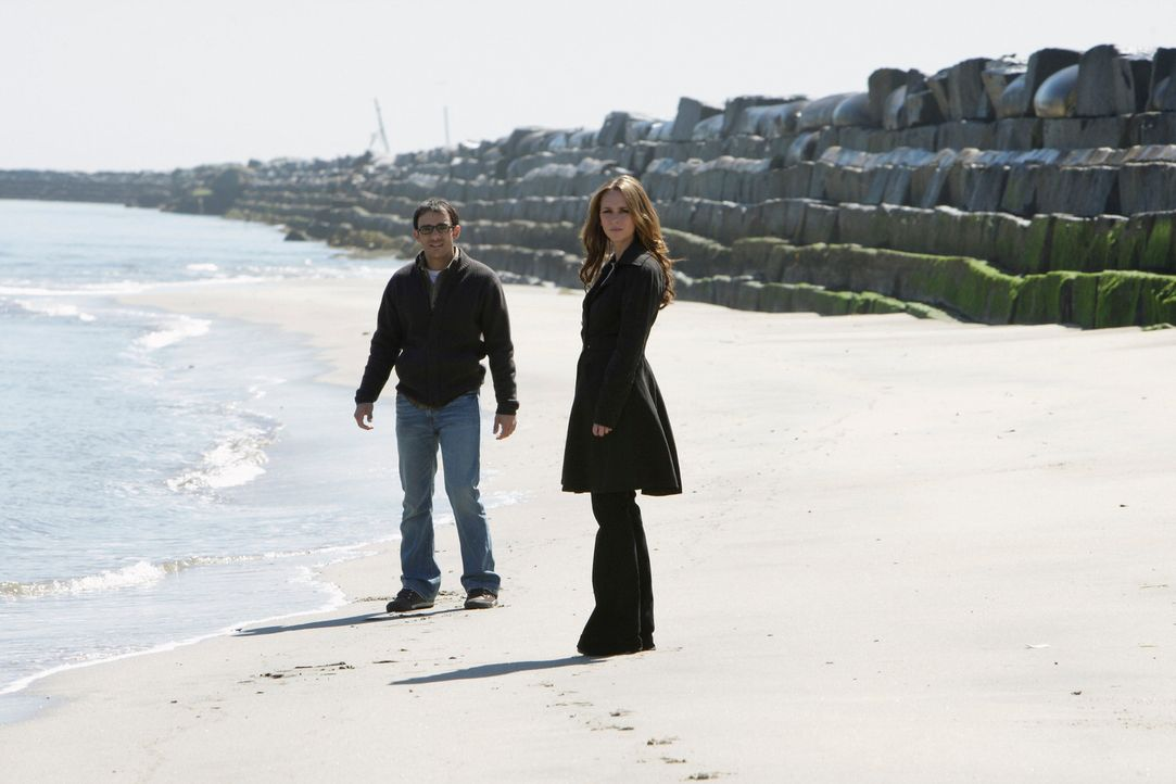 Justin Yates (Omid Abtahi, l.) kann nicht glauben, dass er tot ist als Melinda (Jennifer Love Hewitt, r.) auftaucht, aber  dann mischt sich der Geis... - Bildquelle: ABC Studios
