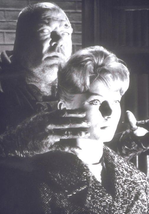 Der Blinde Jack (Ady Berber, l.) bedroht die Blindenpflegerin Nora Ward (Karin Baal, r.) ...