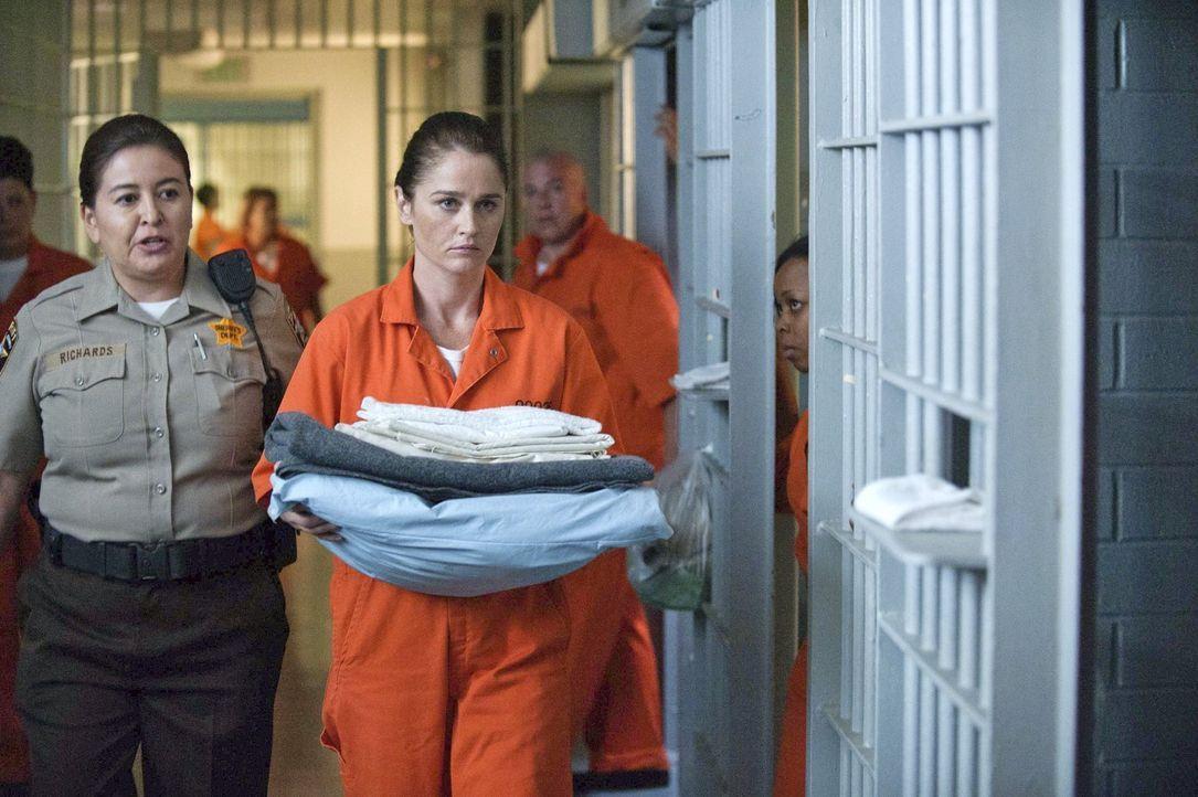Auf Lisbon (Robin Tunney, M.) wartet ein Speziallauftrag. Um an Hinweise über den Anführer einer Schmugglerbande für Luxuskarossen zu kommen, ermitt... - Bildquelle: Warner Bros. Television