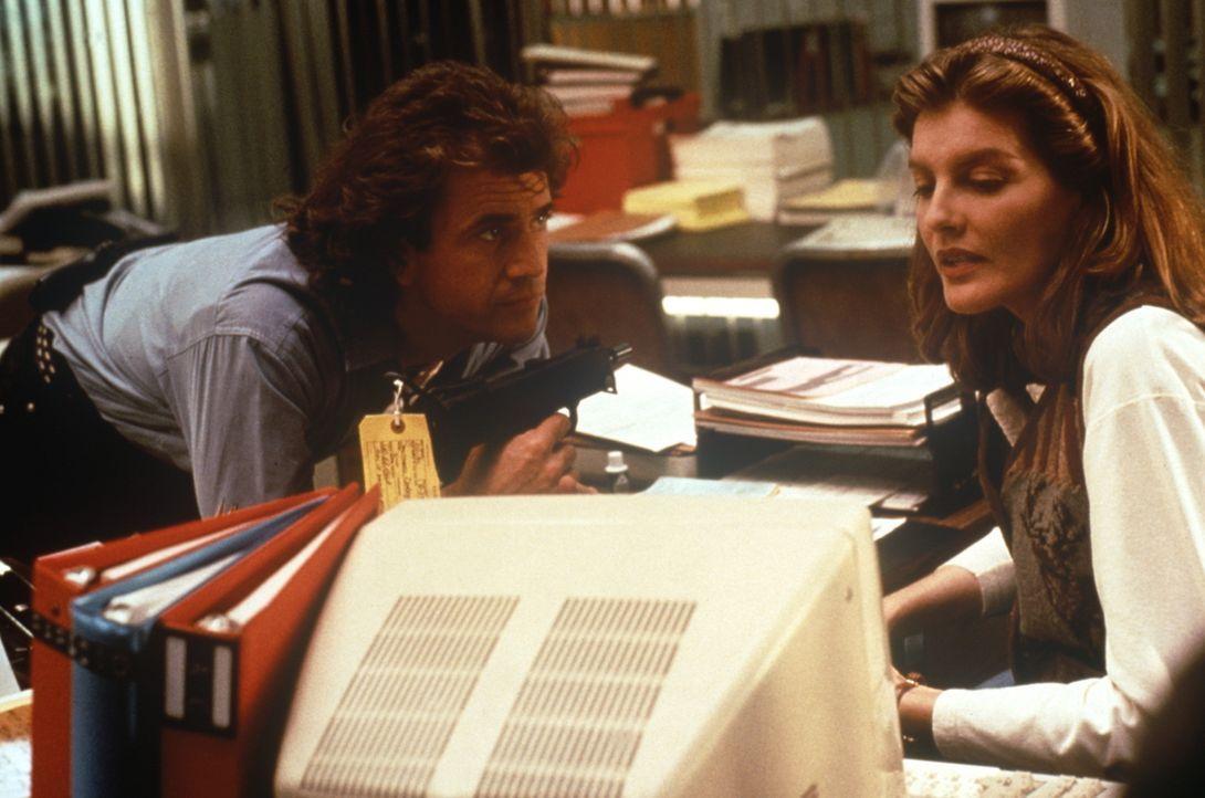 Riggs (Mel Gibson, l.) und Lorna (Rene Russo, r.) stoßen bei ihren Ermittlungen auf einen ehemaligen Polizisten, der Jugendbanden mit Schusswaffen... - Bildquelle: Warner Bros.
