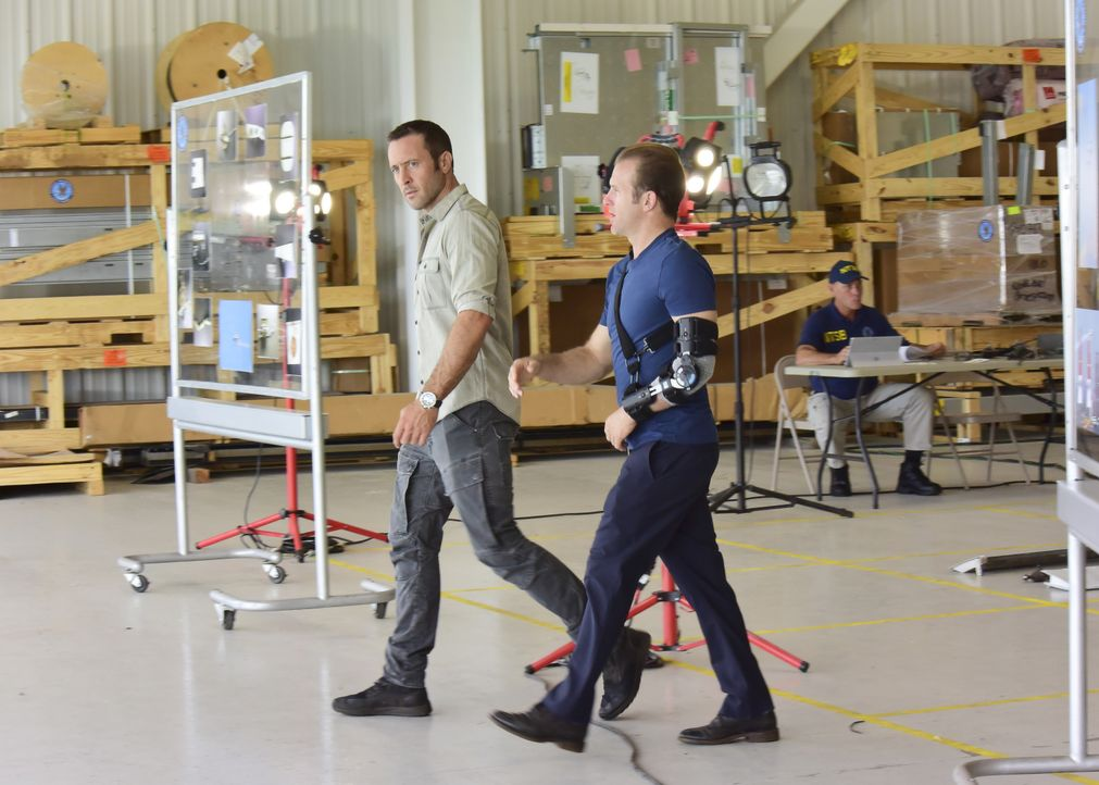 Sind überzeugt, dass mit dem Flugzeugabsturz etwas faul ist: McGarrett (Alex O'Loughlin, l.) und Danni (Scott Caan, r.) ... - Bildquelle: Norman Shapiro 2017 CBS Broadcasting Inc. All Rights Reserved. / Norman Shapiro