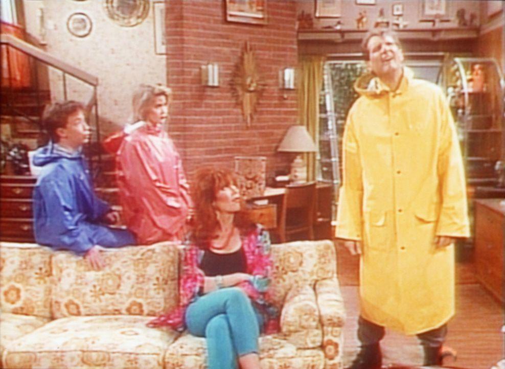 (v.l.n.r.) Bud (David Faustino), Kelly (Christina Applegate) und Peggy (Katey Sagal) versuchen Al (Ed O'Neill) davon abzuhalten, das Hausdach zu rep... - Bildquelle: Columbia Pictures