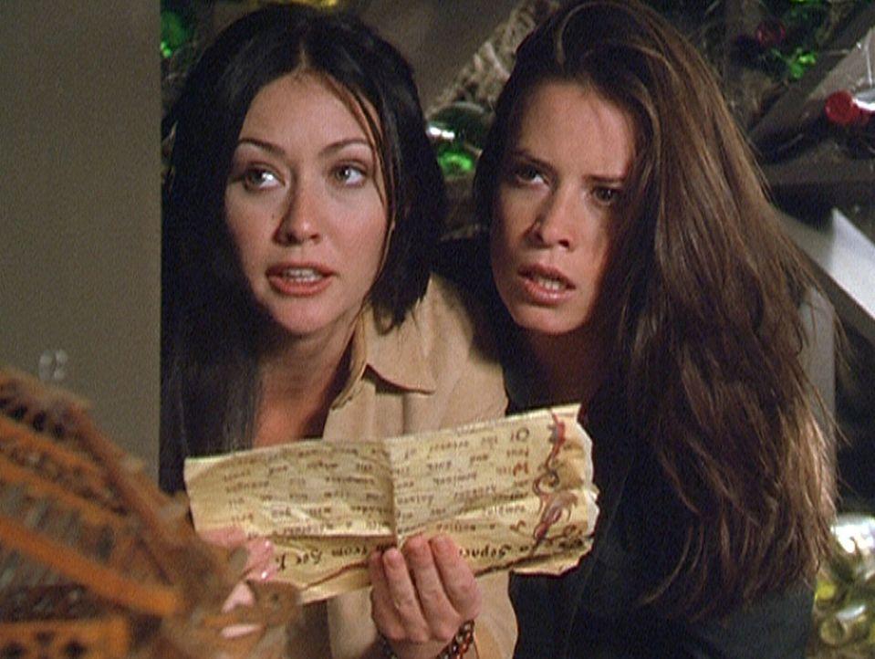 Ohne den Zauberspruch aus dem Buch der Schatten hätten Prue (Shannen Doherty, l.) und Piper (Holly Marie Combs, r.) keine Chance, den Dämon zu verni... - Bildquelle: Paramount Pictures
