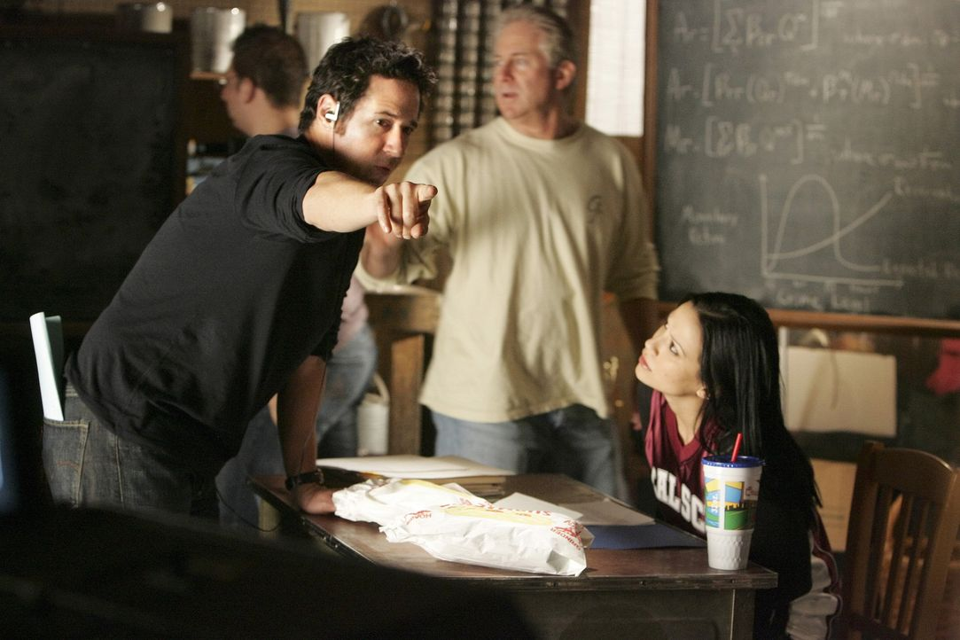 """Bei den Dreharbeiten zu """"Numb3rs - Die Logik des Verbrechens"""" ... - Bildquelle: Paramount Network Television"""