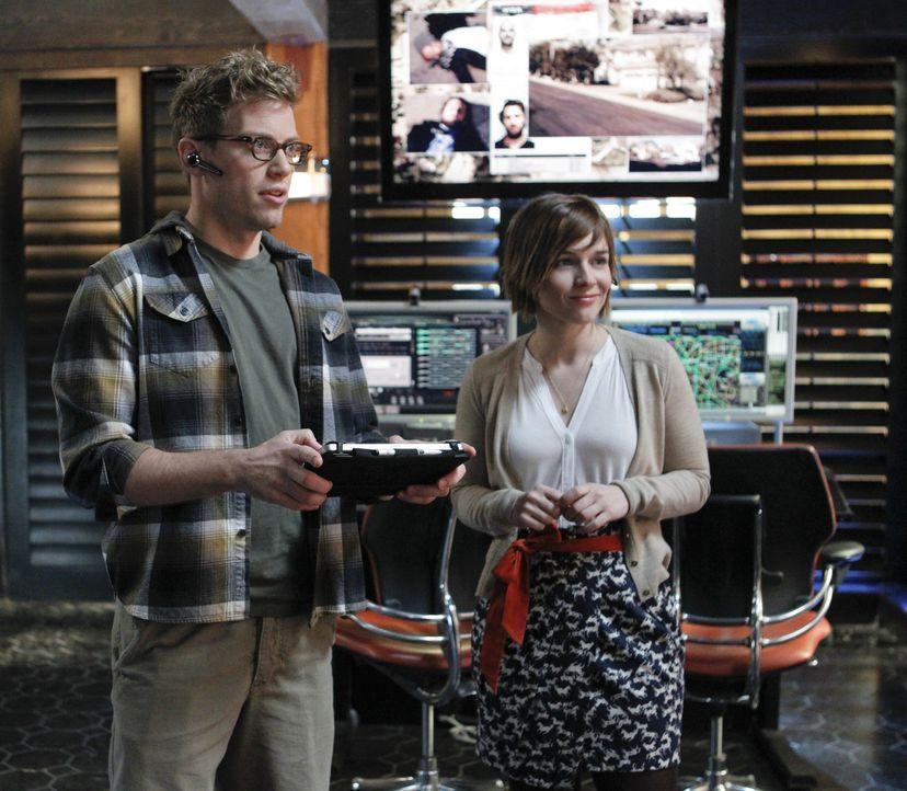 Stehen dem Team bei den Ermittlungen bei: Eric (Barrett Foa, l.) und Nell (Renée Felice Smith, r.) ... - Bildquelle: CBS Studios Inc. All Rights Reserved.