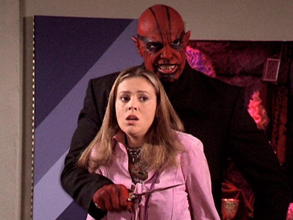 Der Dämon Balthasar (Julian McMahon, r.) hat Phoebe (Alyssa Milano, l.) in seine Gewalt gebracht. - Bildquelle: Paramount Pictures