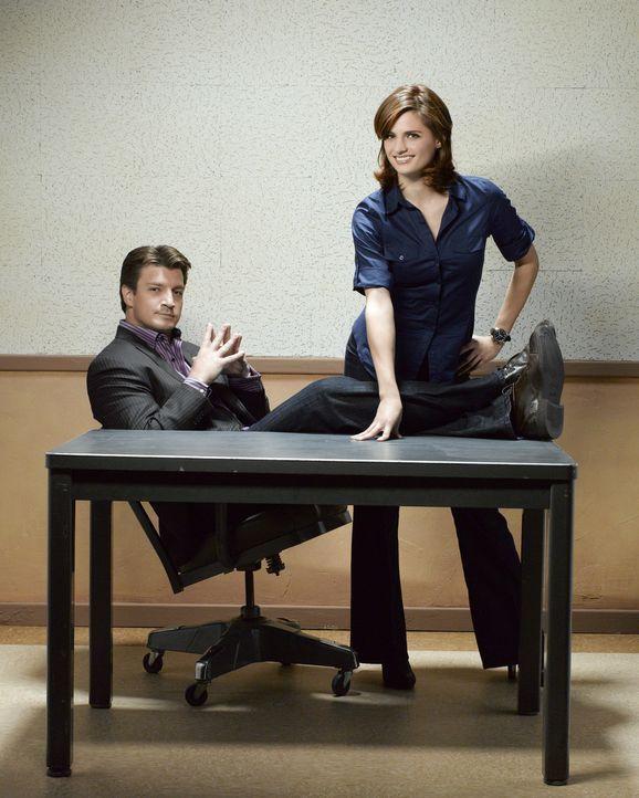(2. Staffel) - Der Schriftsteller Richard Castle (Nathan Fillion, l.) darf so lange an der Seite der Polizeidetektivin Kate Beckett (Stana Katic, r.... - Bildquelle: ABC Studios