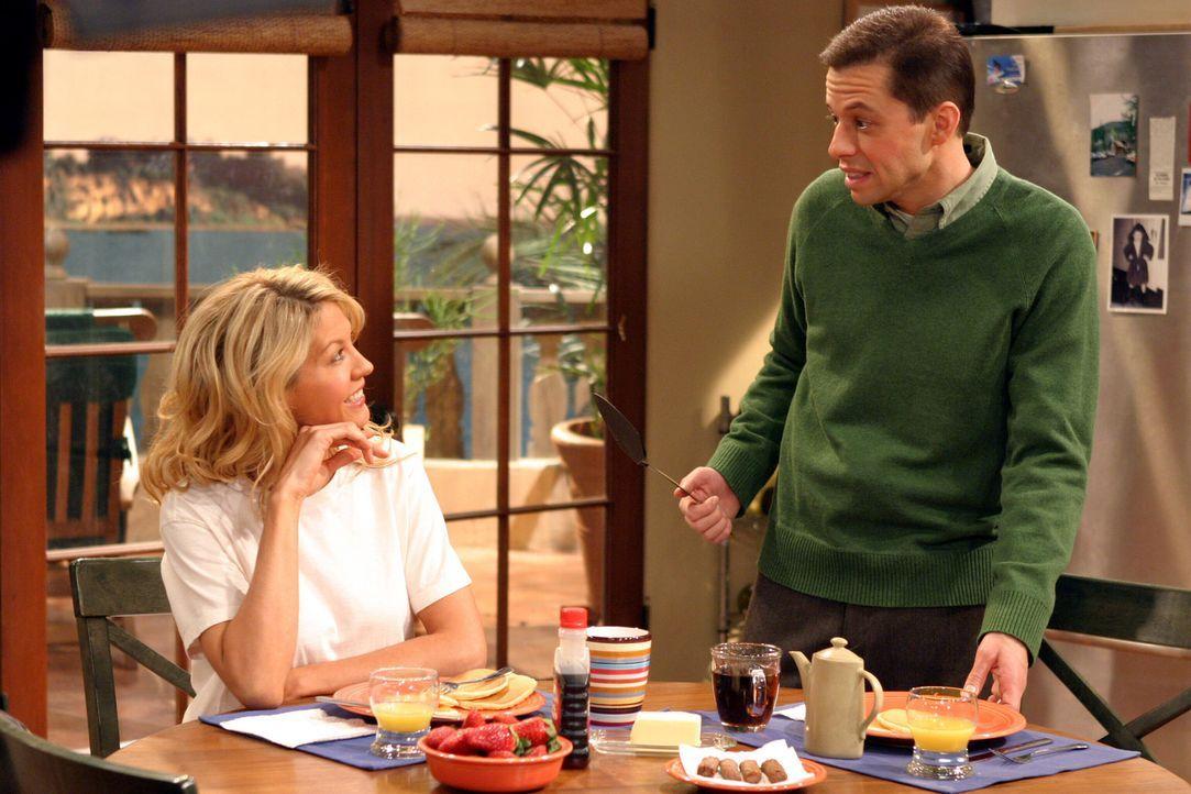 Nachdem Frankie (Jenna Elfman, l.) Charlie klargemacht hat, dass sie niemals Sex mit ihm haben wird, rechnet sich Alan (Jon Cryer, r.) Chancen aus ... - Bildquelle: Warner Brothers Entertainment Inc.