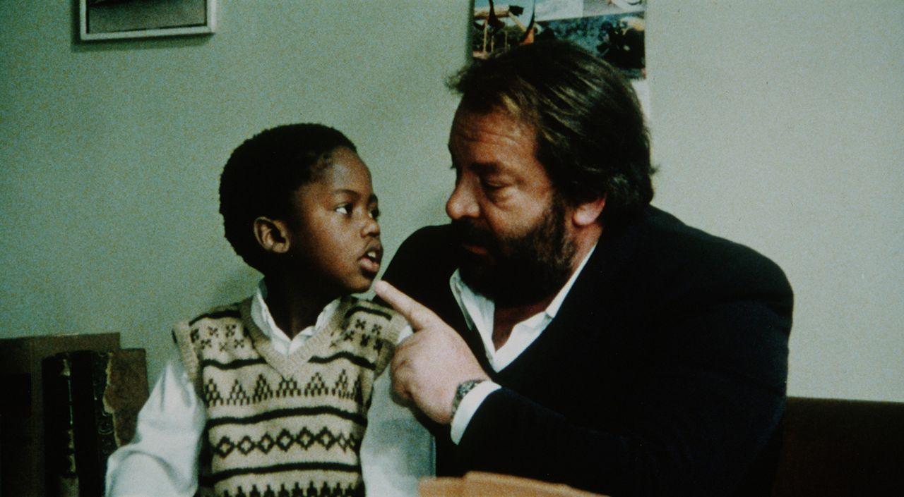 Bodo (Baldwyn Dakile, l.) hat in Kommissar Rizzo (Bud Spencer, r.) einen strengen, aber liebevollen Ersatzvater gefunden ...
