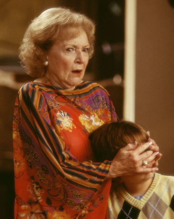 Glücklicherweise kümmert sich die Nachbarin Mrs. Kline (Betty White, l.), die beim Rosenschneiden immer mehr als nur ein Auge auf die Sandersons w... - Bildquelle: Touchstone Pictures