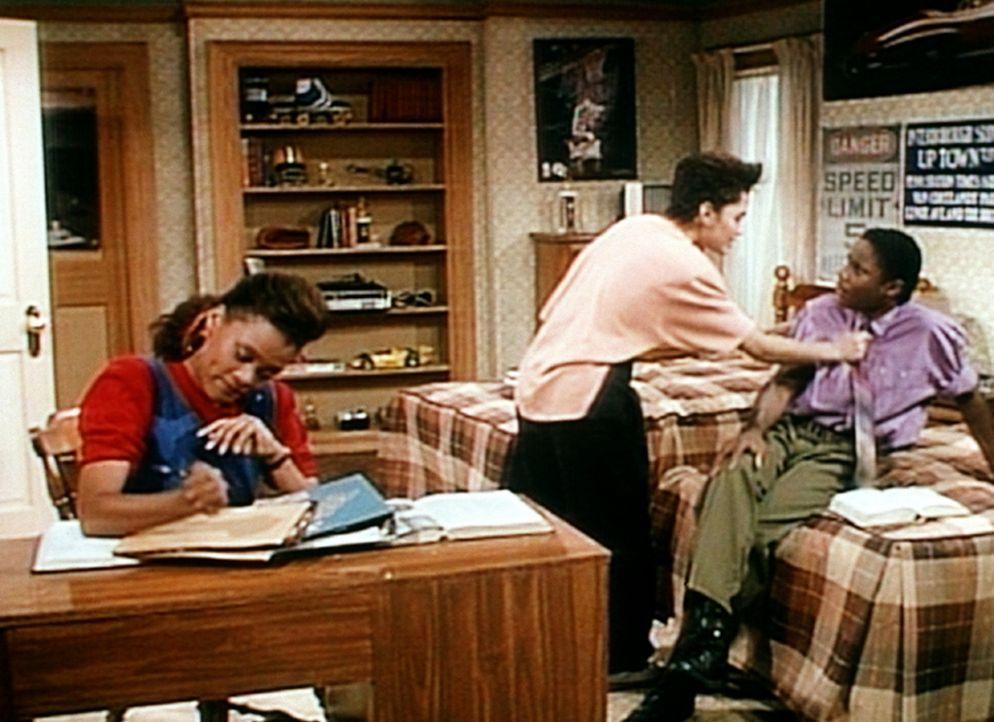 Denise (Lisa Bonet, M.) und Suzanne (Robin Givens, l.) wollen für ihren Sozialkundekurs eine ganz normale vielköpfige Familie beobachten. Bis sie... - Bildquelle: Viacom