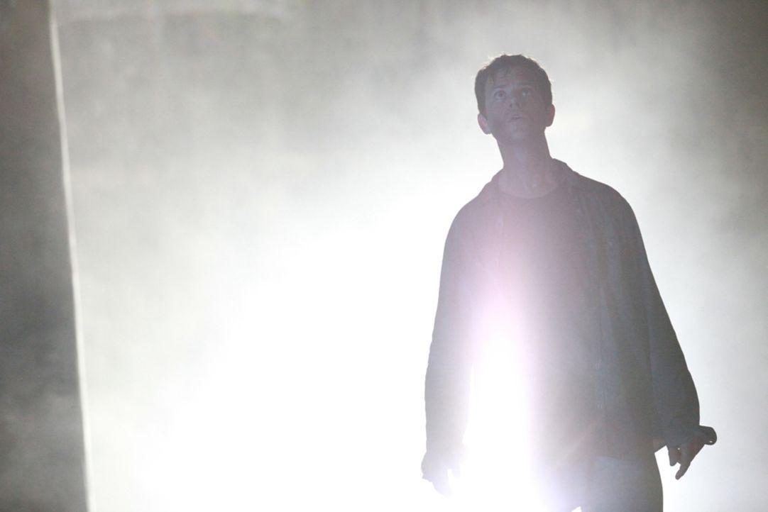 Was ist denn da los? Reese (Matt Doran) sieht sich blutverschmierten Zombies gegenüber ... - Bildquelle: 2013 BOTD Productions LTD. PTY. All Rights Reserved