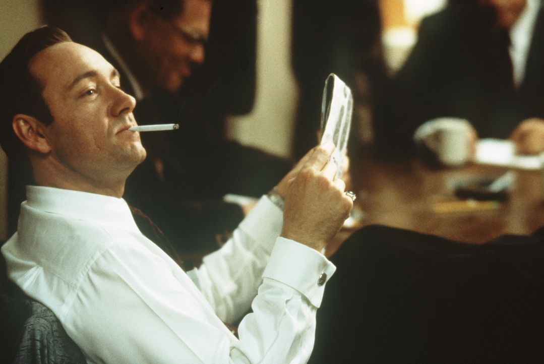 Sonnt sich in seinem Gazettenruhm: der publicitysüchtige Cop Jack Vincennes (Kevin Spacey) ... - Bildquelle: Warner Bros.