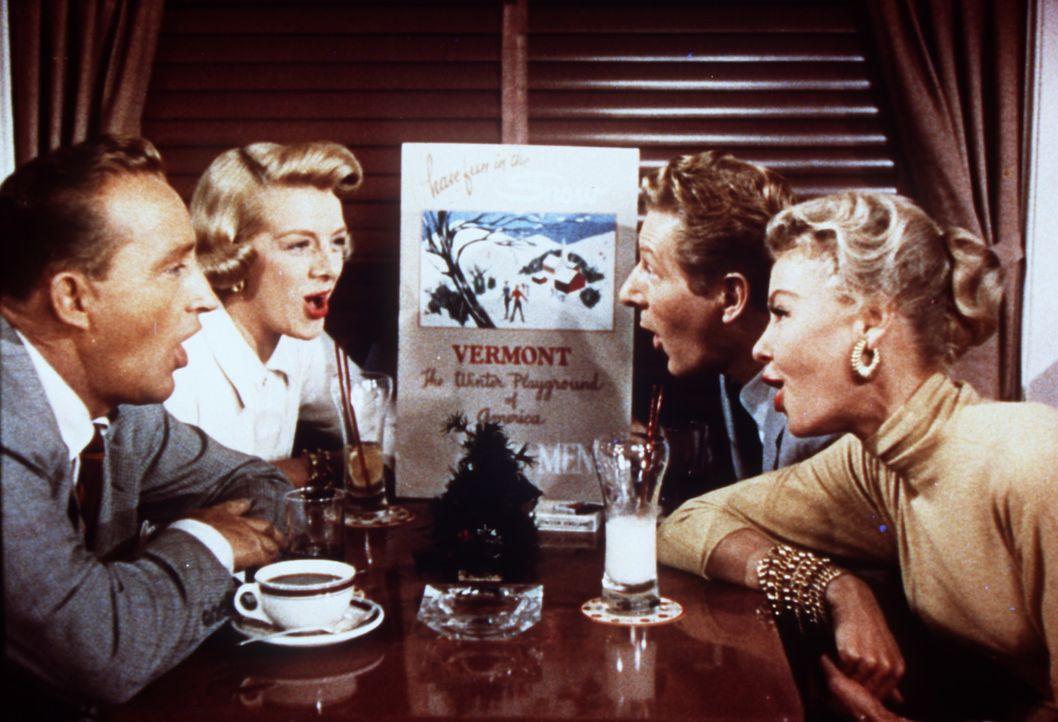 Bob (Bing Crosby, l.), Betty (Rosemary Clooney, 2.v.l.), Phil (Danny Kaye, 2.v.r.) und Judy (Vera Ellen, r.) proben bei jeder Gelegenheit für ihre... - Bildquelle: Paramount Pictures