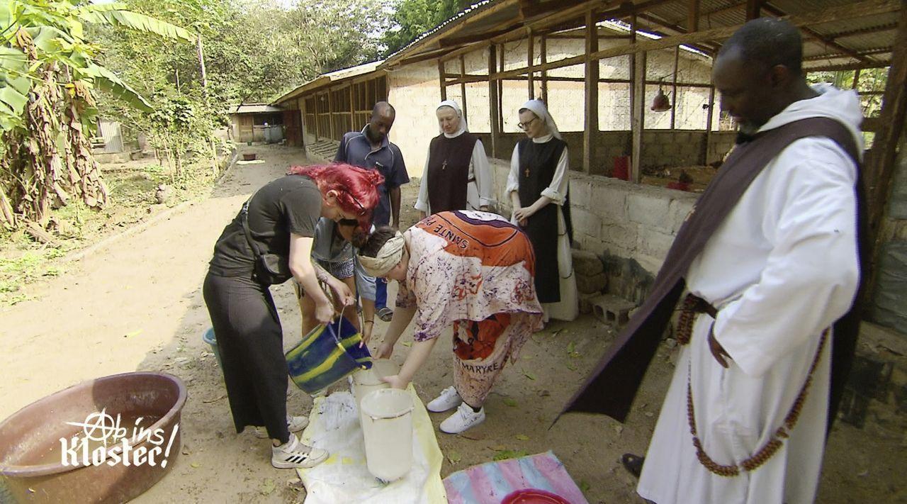 (v.l.n.r.) Celina; Mira; Eyleen; Schwester Mirjam; Schwester Luzia; Pater Boulinkumba Joseph - Bildquelle: Kabel Eins