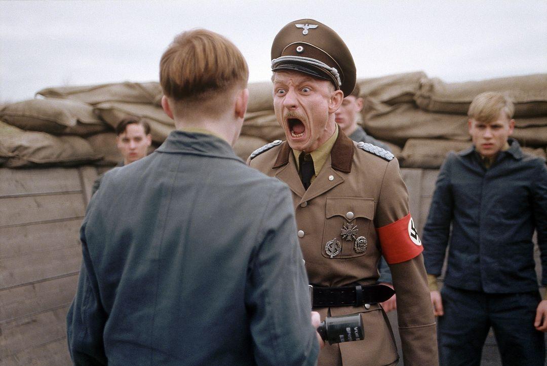 Der sadistische Schleifer Josef Peiner (Michael Schenk, l.) genießt es, die Kinder bis zum Äußersten zu quälen ... - Bildquelle: Constantin Film