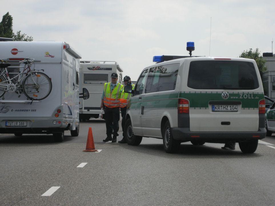 Zollkontrolle auf der A61 an der holländischen Grenze. Die Beamten suchen vor allem nach illegalen Rauschmitteln. Zolloberinspektor Rainer Wanzke fü... - Bildquelle: kabel eins