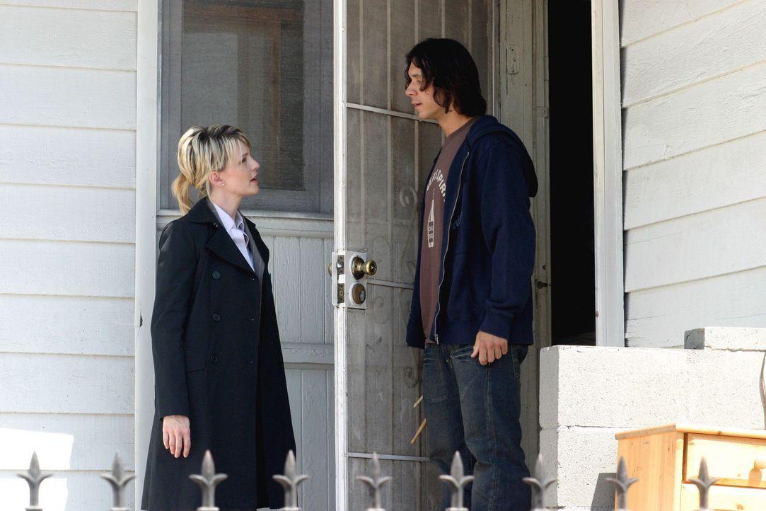 Brad Meyer (John Paul Pitoc, r.) ist ziemlich überrascht, als Det. Lilly Rush (Kathryn Morris, l.) vor der Tür steht und behauptet, dass unter seine... - Bildquelle: Warner Bros. Television
